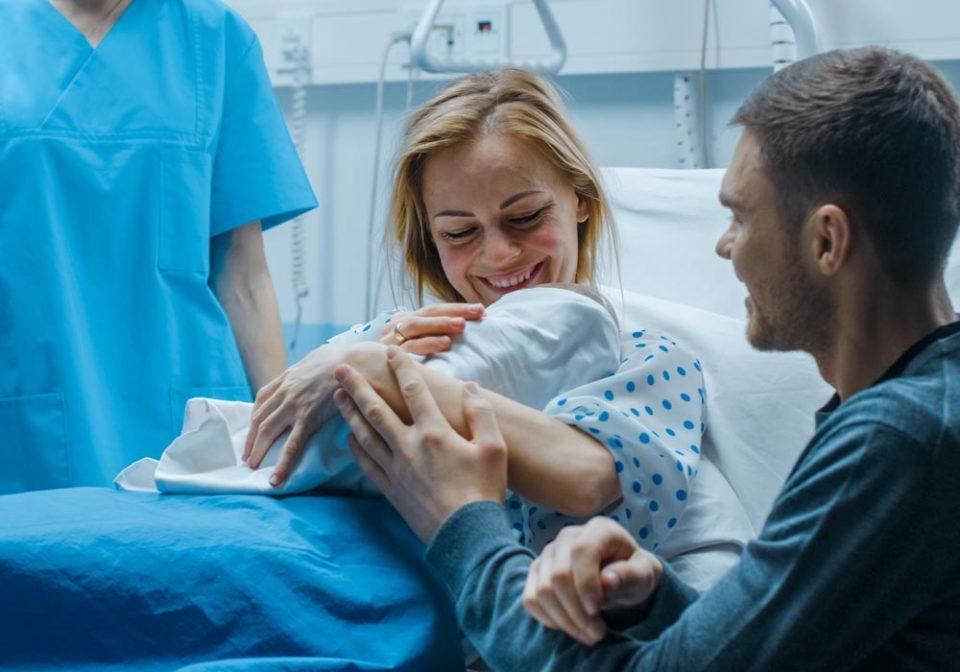 Mamme lavoratrici, accompagnate e di circa 33 anni. Ecco la fotografia delle nascite in Italia