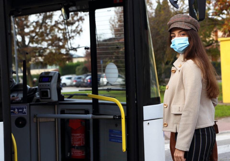 Stop all'obbligo della mascherina ad eccezione dei luoghi a rischio assembramento
